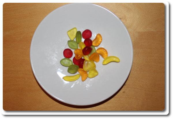 Ein Teller mit Fruchtgummi