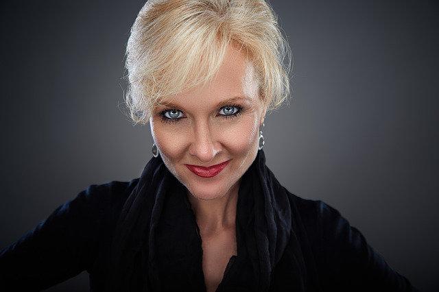 Foto: eine hübsche Frau mit blauen Augen